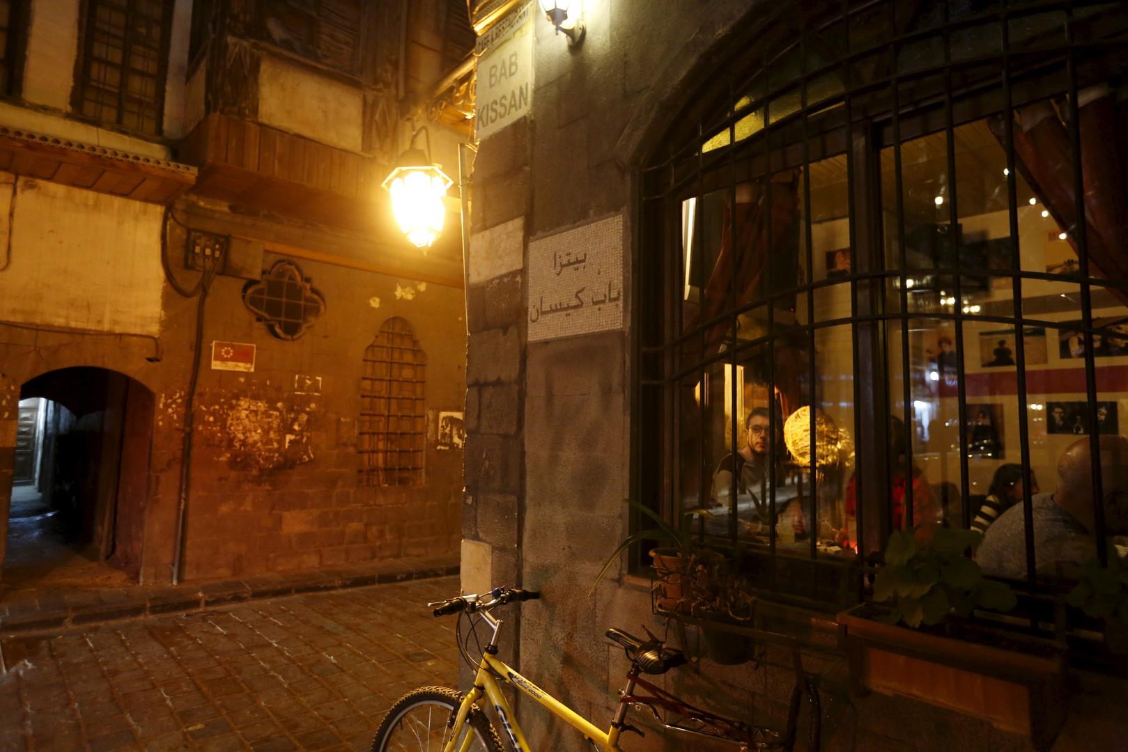 """Geparktes Fahrrad vor dem """"La Marionnette Pub"""". Damaskus, 11. März 2016"""