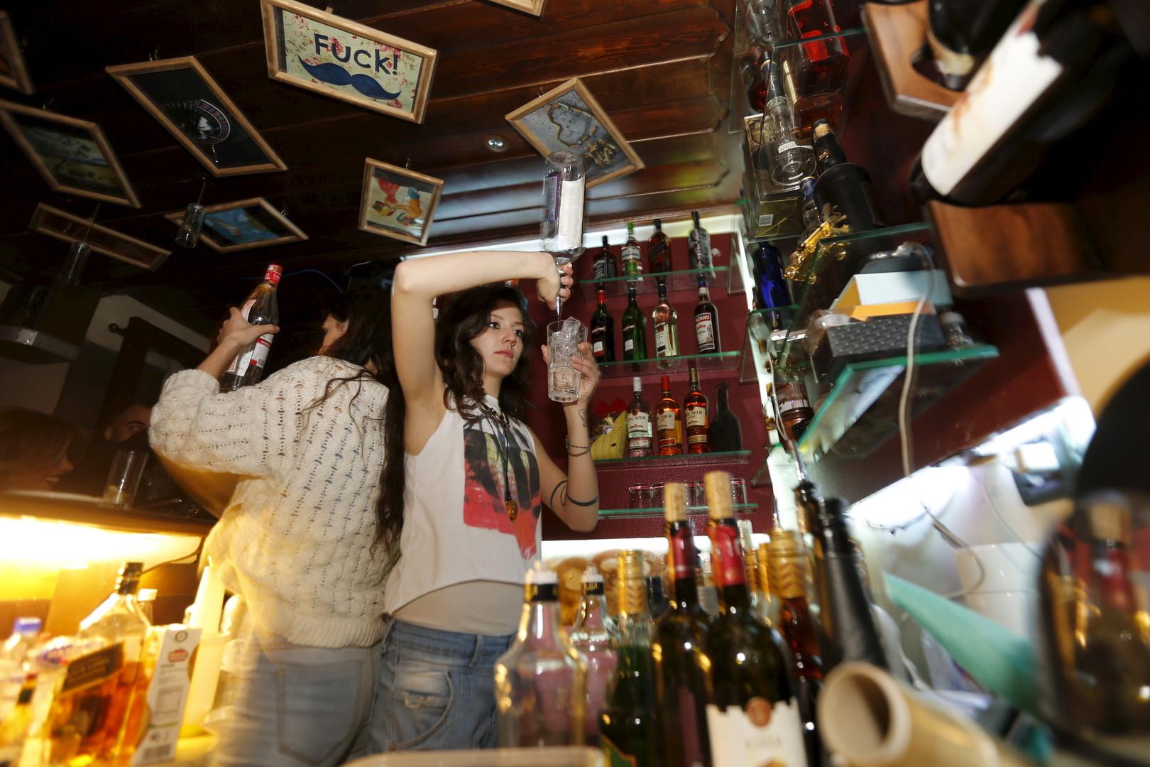 """Eine Barkeeperin mixt einen Drink in der Bar """"80's"""" in Damaskus, 11. März 2016"""