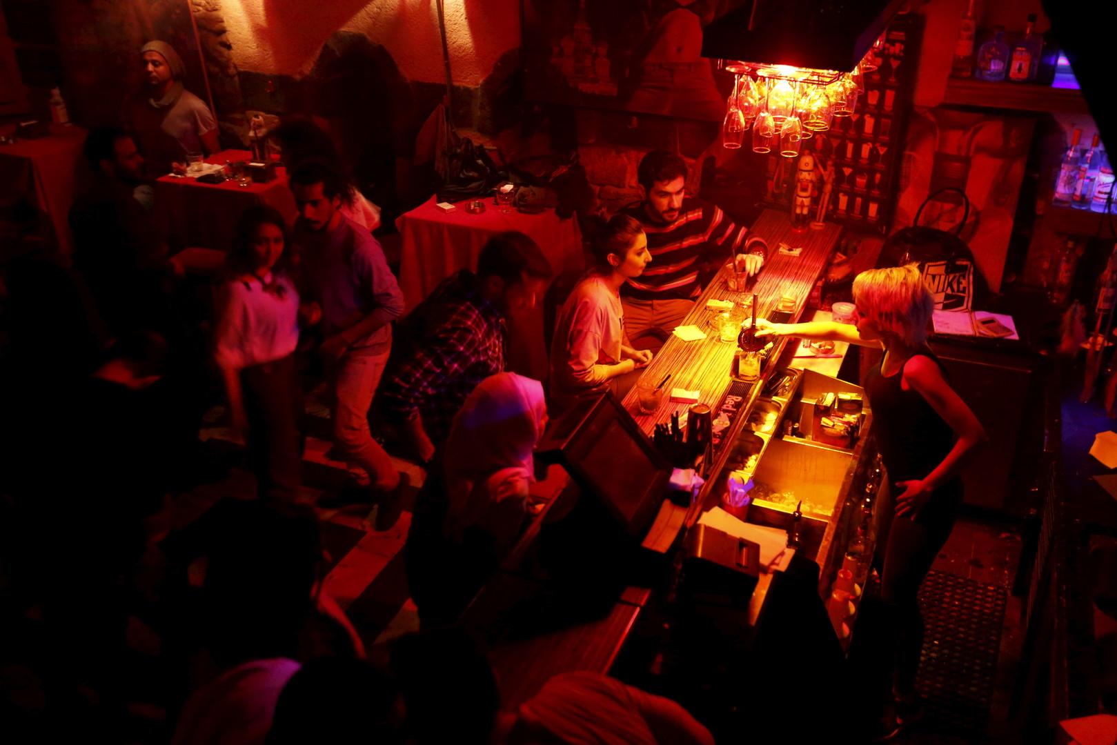 """Dana (rechts) bedient Kunden in der """"Red Bar"""". Damaskus, 11. März 2016"""