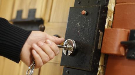 Tür zu: Weil Sieglinde Baumert sich weigert GEZ-Gebühren zu zahlen, sitzt sie nun im Gefängnis
