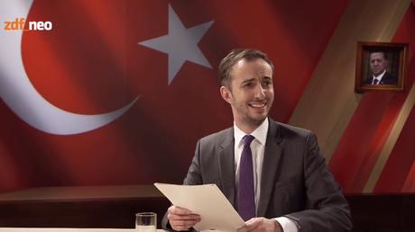 Jan Böhmermann bei seiner Satireeinlage die zum diplomatischen Eklat führte (Screenshot: https://vimeo.com/161212899 )