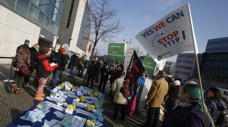 Proteste gegen das Transatlantic Trade and Investment Partnership (TTIP) vor dem Hauptquartier der CDU in Berlin, 14. März 2016.