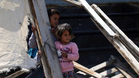 Palästinensische Mädchen spielen in den Ruinen des Hauses ihrer Eltern, das von israelischen Militärs zerstört wurde, West Bank, 7. April 2016.