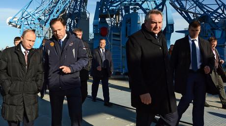 Igor Komarow, Generaldirektor von Rokosmos, im Gespräch mit Präsident Wladimir Putin im Oktober 2015 am Wostochni Kosmodrome.