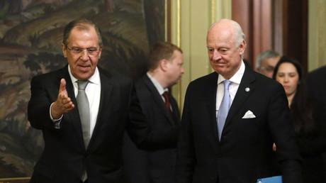 Der russische Außenminister Sergej Lawrow im Gespräch mit Staffan de Mistura in Moskau am 5. April 2016.