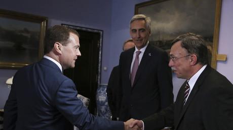 Russlands Premierminister Dmitri Medwedew trifft den Präsidenten der Siemens AG Russland, Dietrich Möller, im Hintergrund der Siemens Chief Executive Officer (CEO) Peter Löscher. Moskau, Juni 2013.