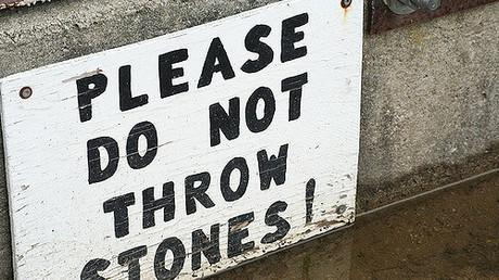 Wer im Glashaus sitzt, sollte nicht mit Steinen werfen Bildquelle: https://www.flickr.com/photos/static/209114138 (CC BY-SA 2.0)