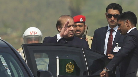 Pakistans Premierminister Nawaz Sharif verabschiedet sich in Richtung London. Hier nach einer Militärparade in Islamabad, März 2016.