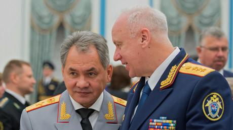 Der Chef des russischen Ermittlungskomitees Alexander Bastrykin (r.) im Gespräch mit dem russischen Verteidigungsminister Sergei Schoigu.