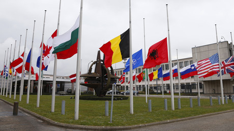 Flaggen vor dem NATO-Hauptquartier - Bereits präventiv auf Halbmast?