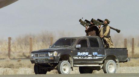Zwei Taliban-Milizionäre mit amerikanischen Stinger-Raketen vor einer entführten Maschine der Indian Airlines, Kandahar, 30. Dezember 1999.