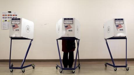 Wahlkabine in den USA - Mehrheit der Bürger hält die Abstimmung für manipuliert