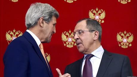 Der russische Außenminister Sergej Lawrow im Gespräch mit US-Außenminister John Kerry.