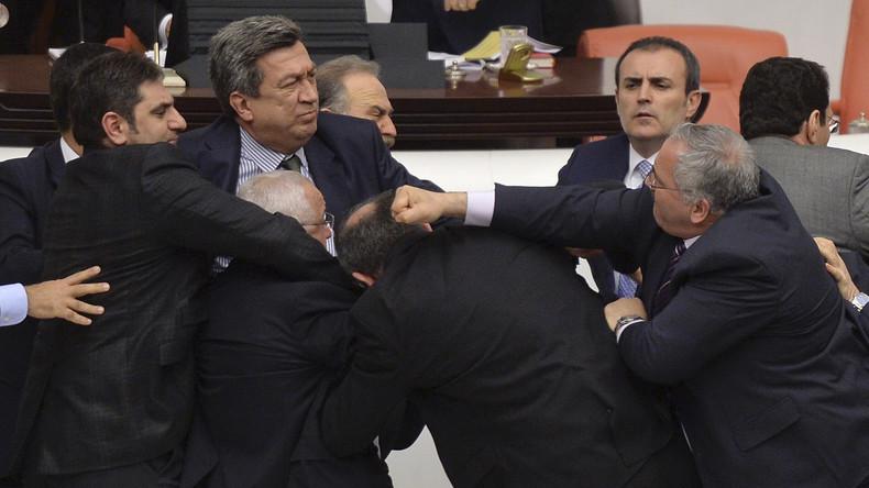 Türkische Regierung plant Entzug von Immunität für HDP-Abgeordnete - Massenschlägerei im Parlament