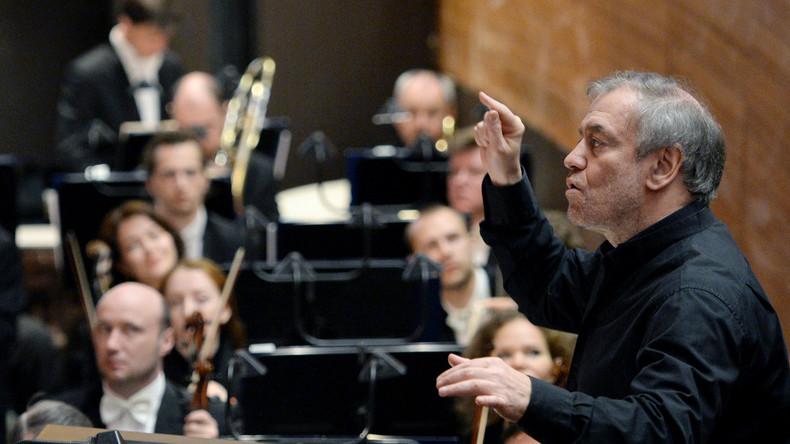 Waleri Gergijew dirigiert das Symphonieorchester im St. Petersburger Mariinski-Theater