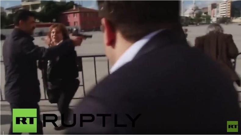 Türkischer Cumhuriyet-Redakteur Can Dundar vor Gerichtsgebäude beschossen
