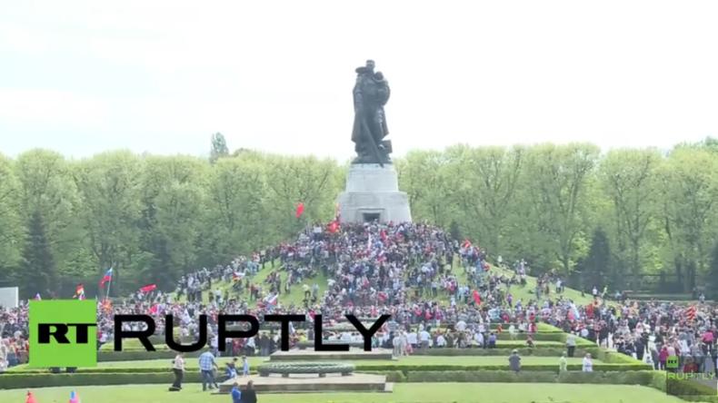 Live: Hunderte strömen zum Tag des Sieges in den Treptower Park in Berlin