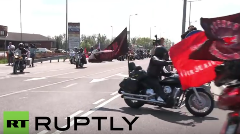 Live: Russische Biker der Nachtwölfe besuchen sowjetisches Ehrenmal im Tiergarten in Berlin