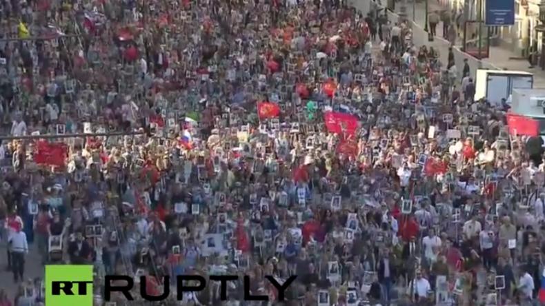 """Live: """"Das unsterbliche Regiment"""" - Marsch zu Gedenken an die Opfer des Zweiten Weltkriegs in Moskau"""