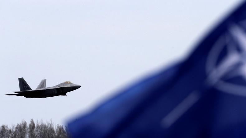 NATO-Fahne vor einem F22-Raptor Kampfflugzeug der U.S. Air Force in Siauliai, Litauen, 27. April 2016.