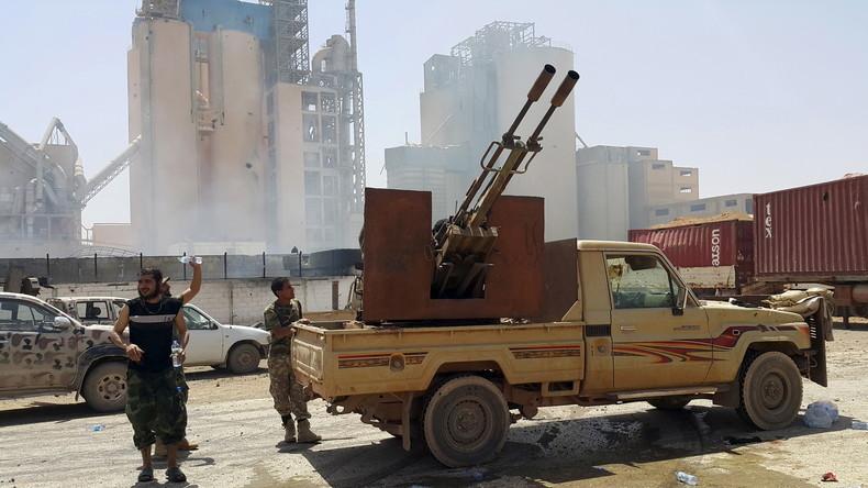 Milizen der Regierung im Osten Libyens vor einer Fabrik in Benghasi, Libyen, April  2016.