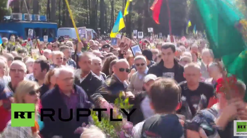 Ukraine: Verletzte nachdem Nationalisten Kranzniederlegung am Tag des Sieges in Charkiw stürmen
