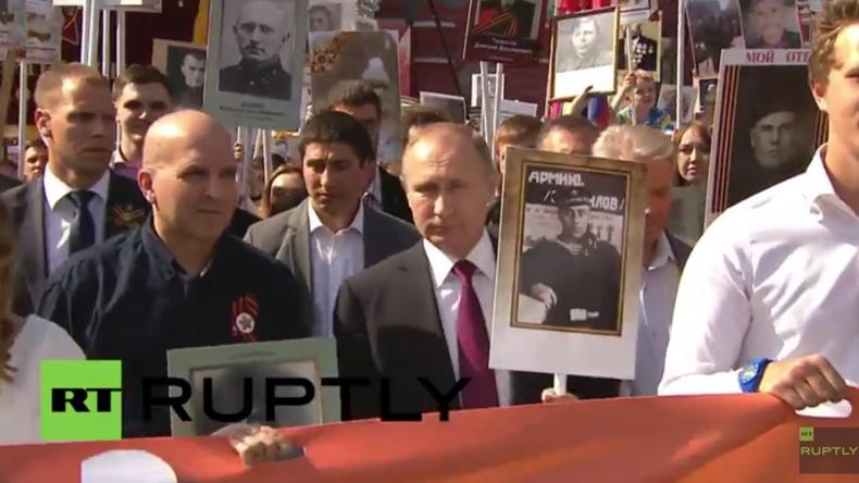 """Moskau: """"Das unsterbliche Regiment"""" - Putin führt Gedenkmarsch mit Portrait seines Vaters an"""
