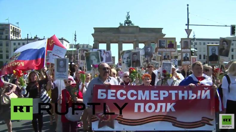 """Berlin: Hunderte beteiligen sich am Gedenkmarsch """"Das unsterbliche Regiment""""  am Tag des Sieges"""