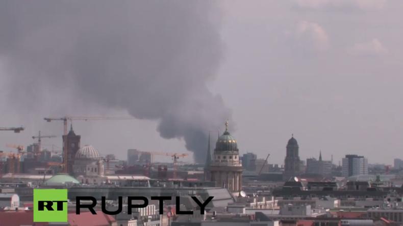 """Live aus Berlin: Riesiges Feuer im Asiamarkt """"Don Xuan Center"""" in Lichtenberg"""