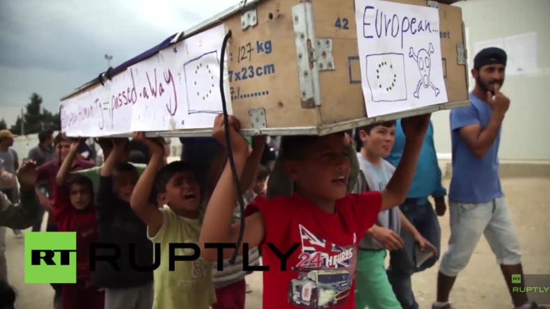 """Griechenland: Kinder in Idomeni tragen die """"europäische Menschlichkeit"""" zu Grabe"""