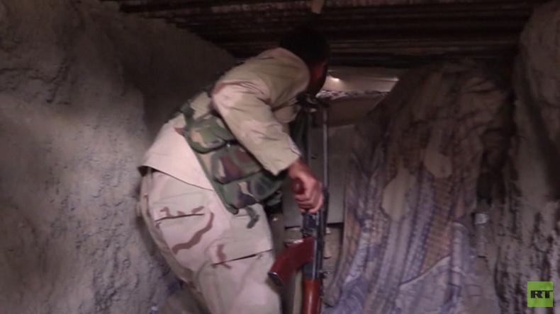 """""""Sie schliefen im Untergrund"""" – RT erkundet versteckte IS-Befestigungen in befreiter syrischer Stadt"""