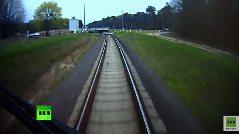 Kollision unvermeidbar – Lokführer rennt durch Zug, um Passagiere zu warnen - dann knallts