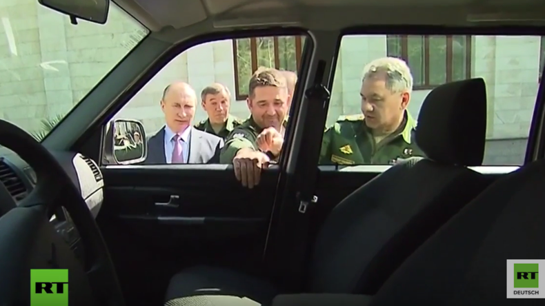 Peinliche Situation bei Vorführung neuer Militärfahrzeuge für Putin - Türgriff des Wagens abgerissen