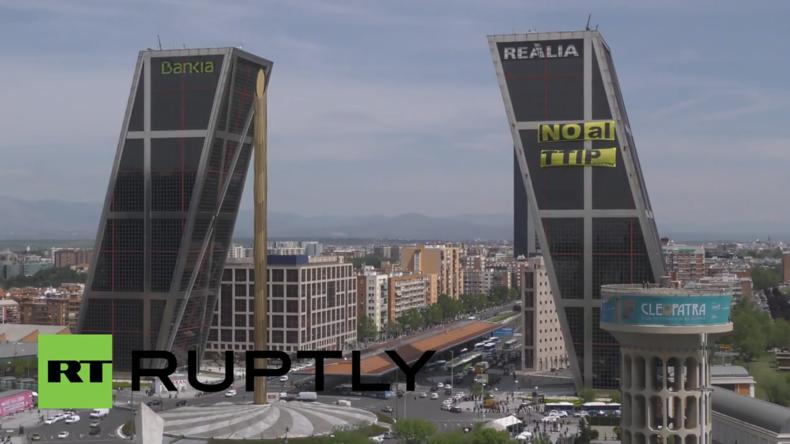 Spanien: Greenpeace-Aktivisten hängen Anti-TTIP-Banner ans Tor Europas in Madrid