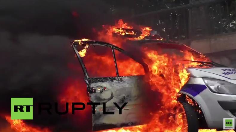 Paris: Demonstranten gegen Arbeitsrechtsreform setzen Polizeiwagen in Brand