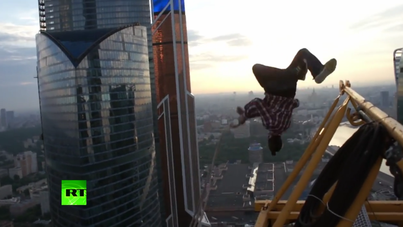 """Bloß ein Seil in der Hand: Russischer """"Spider-Man"""" wagt Sprung von Kran mitten in Moskau"""