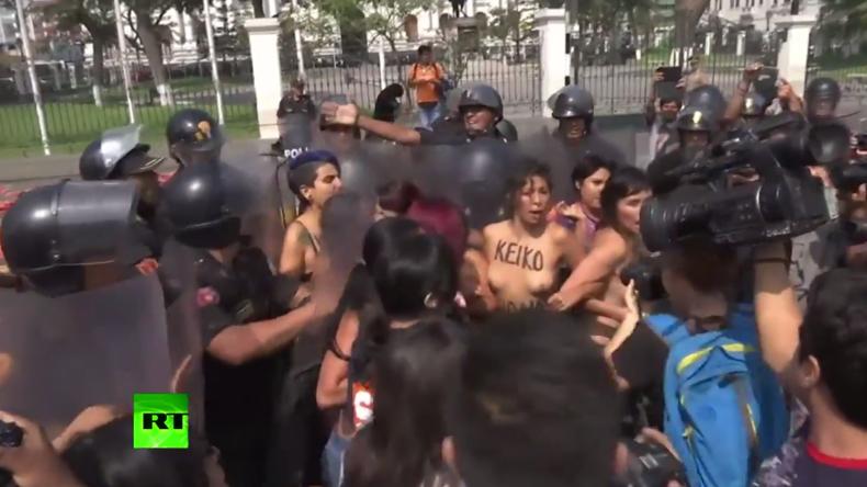 """Peru: Gegen die Präsidentschaftskandidatin - Protestler waschen peruanische Fahnen in """"Demokratie"""""""