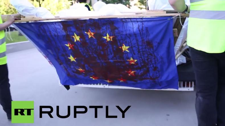 """Spanien: Protest gegen EU-Türkei-Pakt – Aktivisten legen """"Leichen"""" vor EU-Abgeordnetenhaus nieder"""