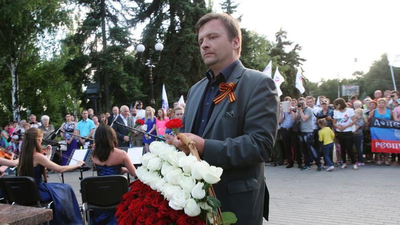 Mateusz Piskorski legt Blumen für die Opfer des Faschismus nieder. Volksrepublik Donezk, 07.11.2015
