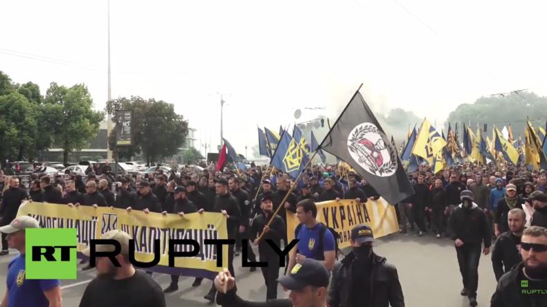 """Kiew: """"Das ist eine Warnung an die Regierung"""" - Tausende Rechtsradikale marschieren zur Rada"""