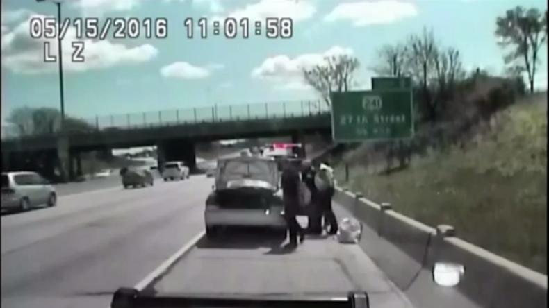 Frau ohne Führerschein rast bei Verkehrskontrolle in Polizeiauto, nietet drei Leute um und flieht