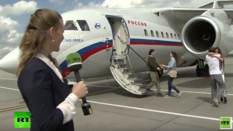 """""""Endlich zu Hause"""" - Bei Austausch freigekommene Russen wieder bei ihren Ehefrauen"""