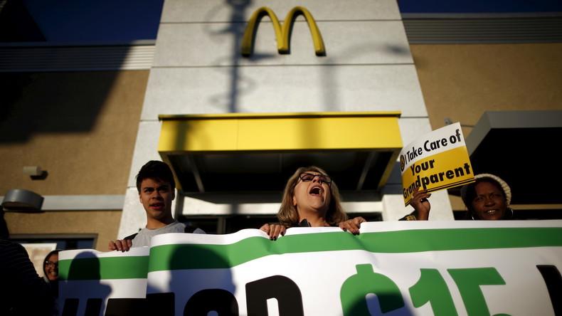 Live: McDonald's-Mitarbeiter marschieren zur Hauptversammlung in Chicago, USA