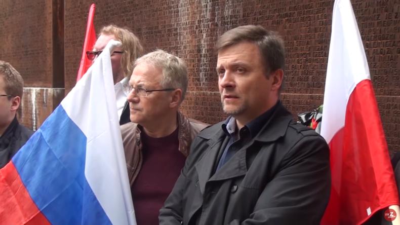 Mateusz Piskorski (rechts) am 10. April 2016 an der Gedenkstätte in Katyn