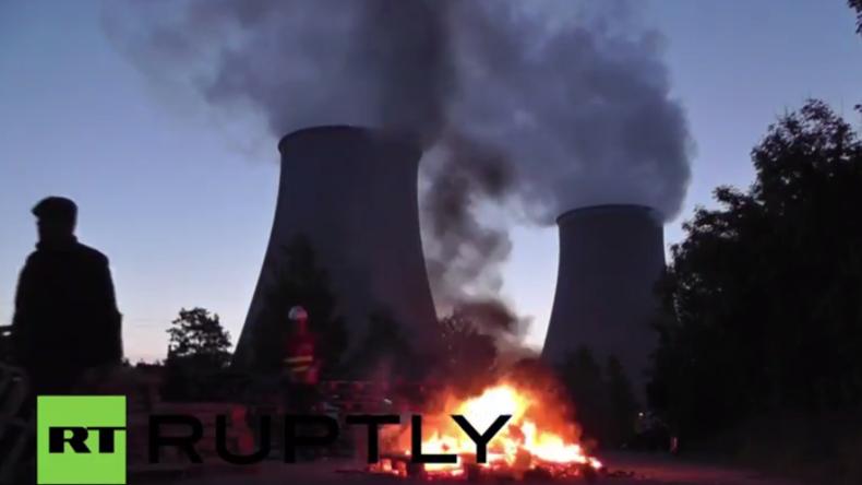 Streiks gegen Arbeitsrechtsreform in Frankreich: Brennende Barrikaden blockieren AKW