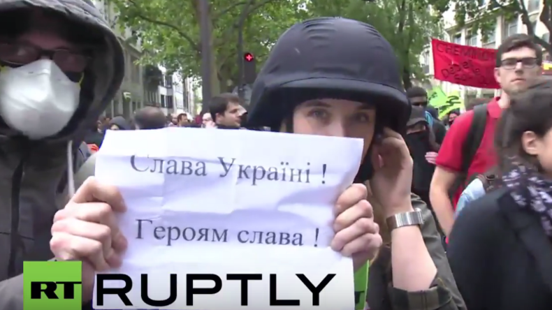 """Du Schlampe!"" Ukrainische Nationalisten greifen RT-Reporterin in Paris an"