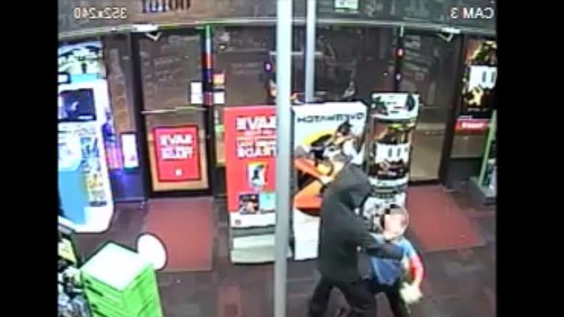 Alltagsheld: 7-Jähriger widersetzt sich Raubüberfall und greift Gangster mit seinem Kuscheltier an