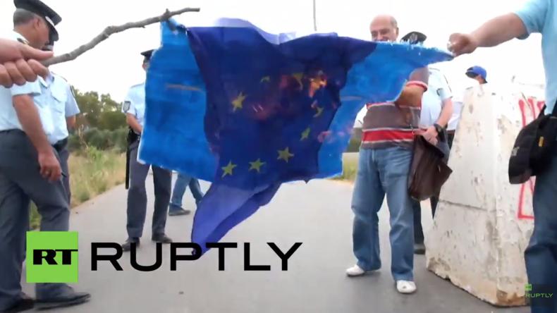 Griechenland: Hunderte protestieren vor NATO-Stützpunkt und verbrennen NATO- und EU-Flaggen