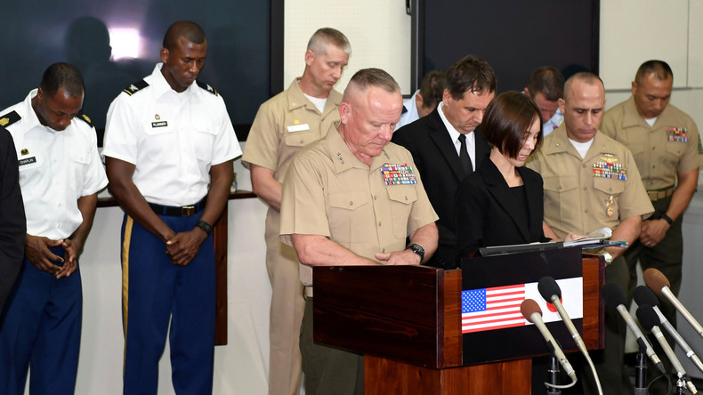 Der Oberkommandierende der US-Marinesoldaten, Generalleutnant Lawrence D. Nicholson, hält eine Schweigeminute für eine von US-Marines ermordete 20-jährige Japanerin, Camp Foster, Okinawa, 28. Mai 2016.