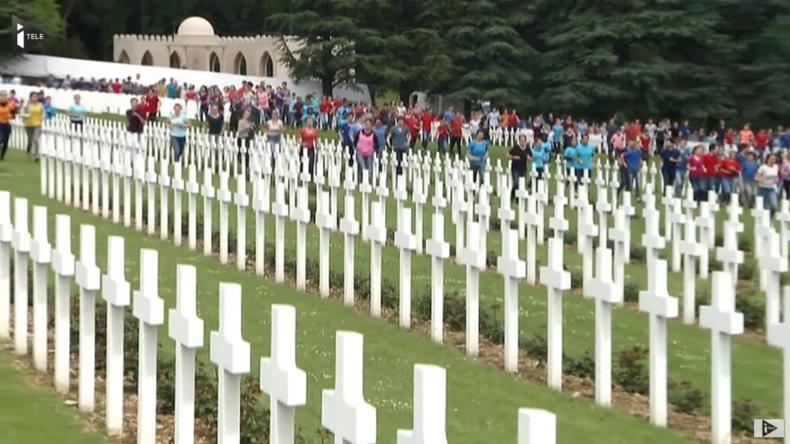 """Postmodernes Gedenken: 3.400 Jugendliche hüpfen """"ergreifend"""" über Gräbern von 130.000 Soldaten"""